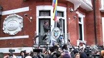 Assange, ému au balcon de l'ambassade d'Equateur à Londres