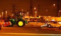 Un tracteur fou sur le parking d'un supermarché