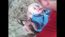 Quand papa s'amuse à embeter son bébé qui dort