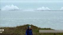 Intempéries: vents violents et vagues déferlent sur la Manche