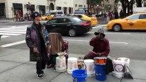 Un danseur hip hop aide un batteur de rue (New York)