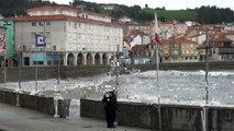 Temporal Cantábrico enormes olas golpean Luanco, Asturias
