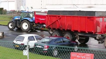 Les agriculteurs bloquent la centrale d' achat d' Auchan à Neuville en Ferrain