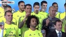 Cristiano Ronaldo bromea con los pelos de Marcelo en un evento del Real Madrid/Cristiano Ronaldo tries to balance card