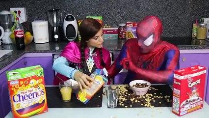 Đồ chơi trẻ em siêu nhân người nhện và công chúa Anna ăn sáng! Siêu nhân làm rớt đồ ăn bị đánh (FULL HD)