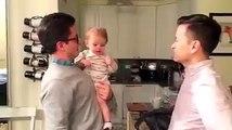 Ce bébé confond son père avec son frère jumeau..
