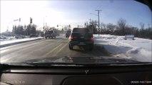 Quand une voiture surgit derrière de vous à un feu rouge. Accident violent