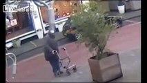 Une vieille dame en déambulateur a une envie pressante au beau milieu de la chaussée