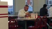 Manger un Burger In-N-Out en mode sauvage affamé