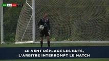 Le vent déplace les buts et force l'arbitre à interrompre le match