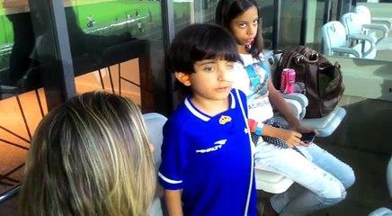Matheus canta hino nacional antes de Cruzeiro x Fluminense