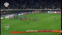 Lustige Fußball-Spieler versucht, zu Feiern mit dem Schiedsrichter nach dem Schlusspfiff