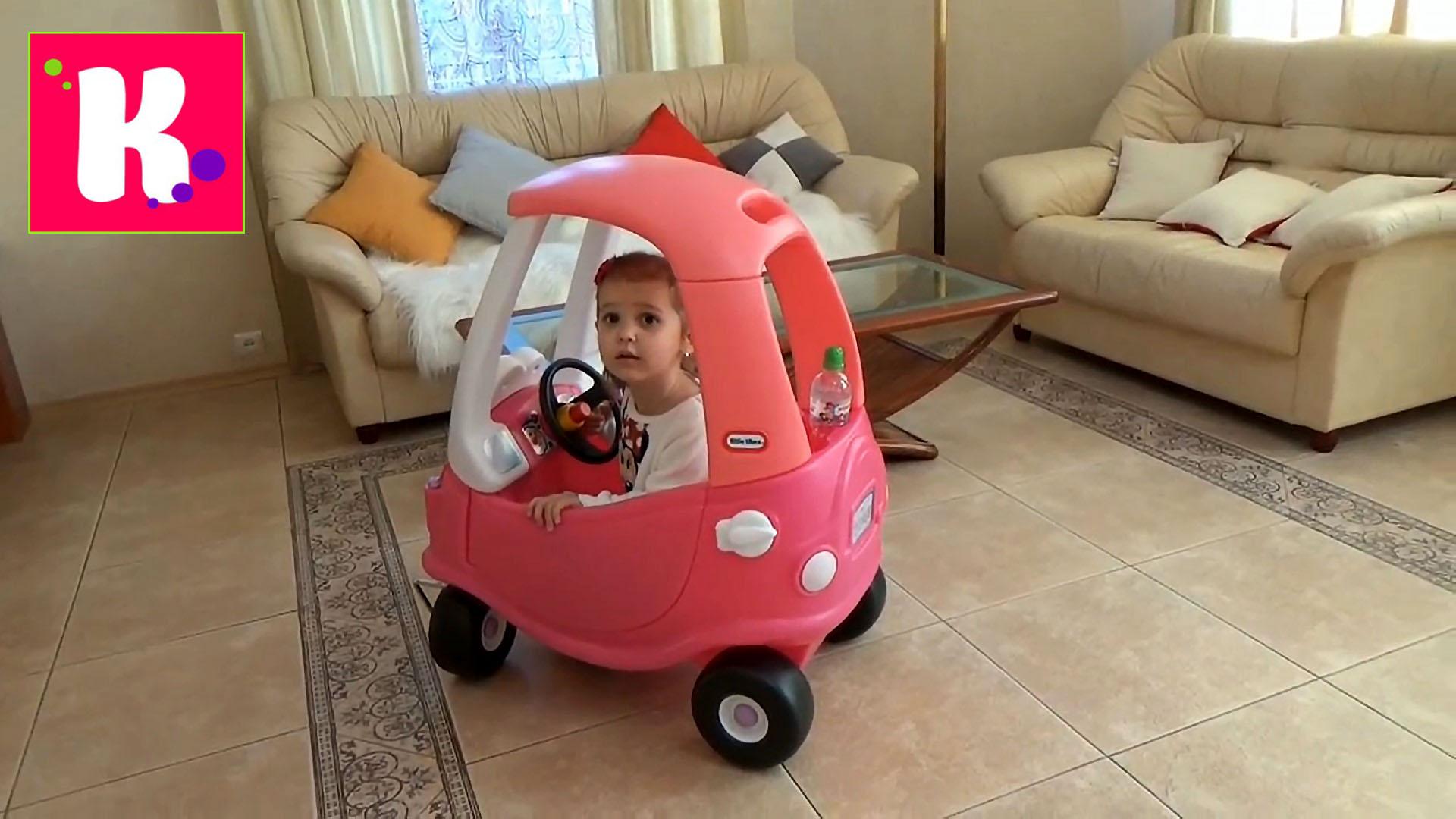 У Мисс Кэти большая розовая машинка каталка собираем и устраиваем гонки с трактором Мистер Макс  Little Tikie car toy