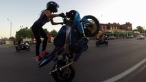 Une jeune femme fait des cascades en moto dans les rues de Saint Louis