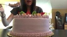 Une fille met 42 min pour manger un gateau géant Taro Cake... Gourmande