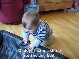Le bébé tente de dormir dans le lit du chien, mais regardez ce que fait le chien!