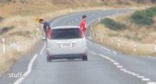 Des Français pissent par la fenêtre d'une voiture en Nouvelle-Zélande