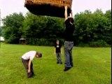Bam Margera s'accroche à main nue à un ballon dirigeable qui s'envolle... Dangereux!