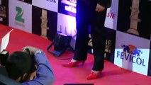 Arjun Kapoor walks in Red High Heels at Zee Cine Awards 2016!
