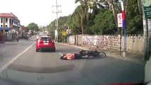 Une fille en scooter tombe à cause d'un ballon de foot