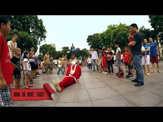 Ông già Noel chơi bóng đá nghệ thuật tại Hà Nội | BĐNT