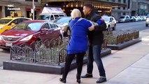 Une rafale de vent emporte une vieille dame, sauvée par un journaliste