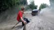 Russie : Il fait du wakeboard sur une route inondée