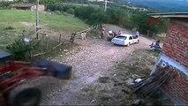 Un tracteur attaque et fonce dans une voiture et famille!! Le gros ouf!
