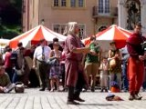 Jongleurs à haches et musiciens à la fête médiévale