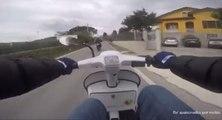 Un motard humilié par un scooter