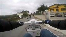 Humiliation d'un motard par un mec en scooter !