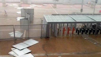 Vento forte derruba divisórias metálicas na esplanada do Mineirão