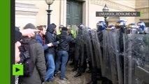 La police maîtrise des néonazis et des antifascistes se battant dans les rues de Liverpool