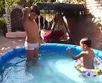 Ребенок учится плавать! The child learns to swim!
