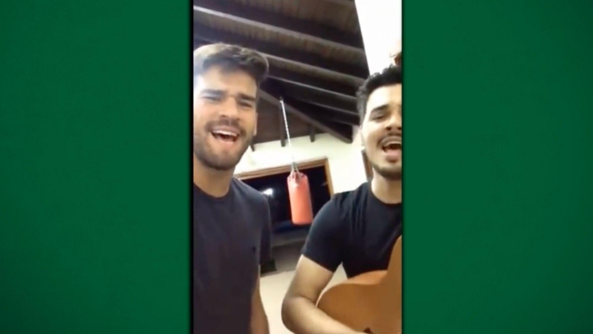 Goleiro Alisson aparece cantando sertanejo em vídeo