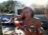 Un jeune touriste met un coup de pied et fait tomber une jeune fille pendant une altercation