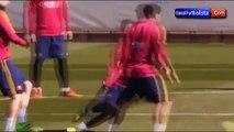 Messi se cae y hace reir a los jugadores del Barcelona • 2016