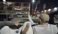 Le combattant MMA Conor McGregor vient saluer un homme ayant un drapeau irlandais sur son balcon