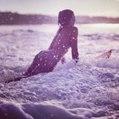 È una campionessa di surf ma ha un piccolo problema: la sua bellezza
