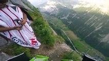 Passer sous une cascade en Wingsuit