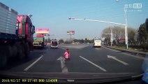 Un enfant de 2 ans tombe du coffre d'une voiture en Chine