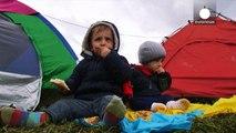Grecia-República de Macedonia  miles de niños calados hasta los huesos