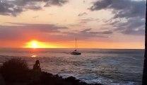Un bateau poussé sur les rochers par les vagues