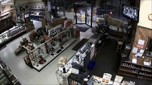Un grupo de hombres robó una tienda de armas en menos de tres minutos
