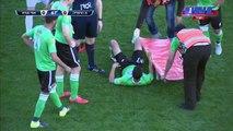 Les brancardiers incompétents, un footballeur porte son coéquipier dans ses bras