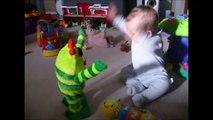Un bébé fait danse comme un fou et fait du headbang avec son jouet