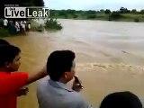 Ils se retrouvent pris au piège d'un bus bloqué au milieu d'une rivière en crue