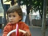 jeu d'enfant : la balançoire du jardin public