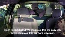 Un voleur débile braque un taxi sous les yeux d'un policier. Oups