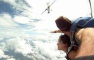 Un avion à deux doigts de percuter deux parachutistes en plein saut !